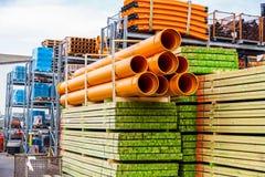 Varios tubos apilados en yarda Fotos de archivo
