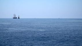 Varios veleros en los mares agitados metrajes