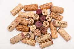 Varios Wine los corchos en un fondo blanco Fotos de archivo libres de regalías