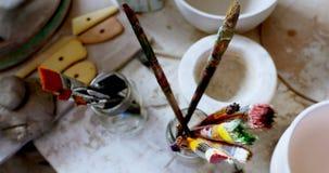 Various paint brushes kept in the brush holder 4k