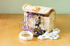 Various women's beautiful jewelry in a wicker box Royalty Free Stock Photos
