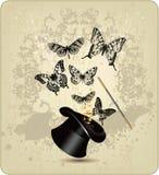 Varita y sombrero mágicos con las mariposas en una vendimia b Foto de archivo