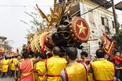 Varje år på den 4th dagen av den 1st mån- månaden, rymmer den Dong Ky byn en firecrackerfestival Arkivbilder