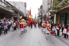 Varje år på den 4th dagen av den 1st mån- månaden, rymmer den Dong Ky byn en firecrackerfestival Arkivbild