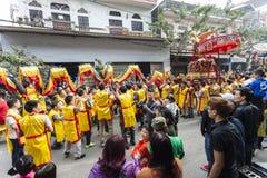 Varje år på den 4th dagen av den 1st mån- månaden, rymmer den Dong Ky byn en firecrackerfestival Royaltyfri Fotografi