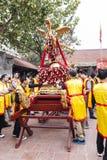 Varje år på den 4th dagen av den 1st mån- månaden, rymmer den Dong Ky byn en firecrackerfestival Arkivfoton