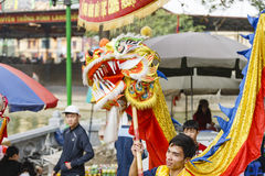 Varje år på den 4th dagen av den 1st mån- månaden, rymmer den Dong Ky byn en firecrackerfestival Royaltyfri Foto