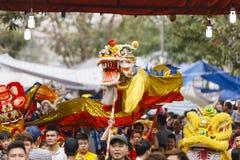 Varje år på den 4th dagen av den 1st mån- månaden, rymmer den Dong Ky byn en firecrackerfestival Arkivfoto