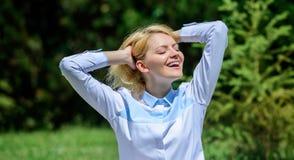 Varje dagmeditation Anledningar bör du meditera varje dag Göra klar din mening Fyndminut som ska kopplas av Flickan mediterar grö arkivbilder