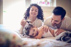 Varje morgonmamma och pappa som spelar med mig ballerina little Royaltyfri Foto