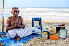 Varkala Indien - Februari 22, 2013: Hinduisk brahman med klosterbroder fotografering för bildbyråer