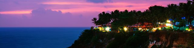Varkalastrand bij nacht, diverse koffie en restaurants bij de klip in Kerala, India royalty-vrije stock foto