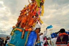 Varkens met vruchten, geesten, vlaggen worden versierd die en Stock Fotografie