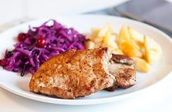 Varkenskotelet met koolsalade en aardappels Royalty-vrije Stock Foto's
