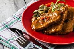 Varkenskotelet met saus en asperge Stock Afbeelding