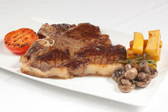Varkenskoteletlapje vlees met gebraden aardappels en tomaat royalty-vrije stock foto's