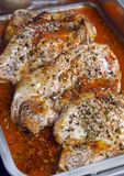 Varkenskoteletten met saus in een pan royalty-vrije stock afbeeldingen