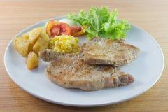 Varkenskotelettenlapje vlees met salade en gebraden Frans Stock Fotografie