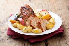 Varkensvlees dat met groenten op een dienblad wordt gebakken Stock Fotografie