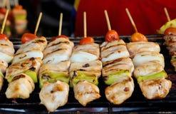Varkensvlees en Kippenbarbecue met Tomaten en Ananas royalty-vrije stock fotografie