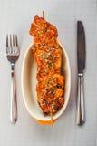 Varkensvlees kebab op plaat Stock Foto