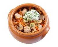 Varkensvlees met paddestoelen, wortelen en uien in een ceramische slijpstofpot, Stock Afbeeldingen