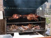Varkensvlees op de grill wordt gekookt die royalty-vrije stock afbeelding