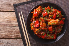 Varkensvlees in zoetzure saus met groentenclose-up dat wordt gesmoord H Royalty-vrije Stock Fotografie