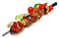 Varkensvleesbarbecue en groenten op witte achtergrond wordt geïsoleerd die Stock Foto