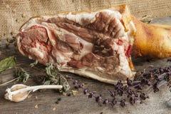 Varkensvleesbeen met kruiden en herbares Stock Foto's