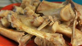Varkensvleesbeenderen zonder vlees in een plaat na maaltijd stock footage