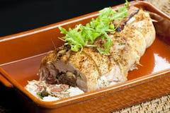 varkensvleesbroodje dat met worsten, eieren, amandelen en ruccola wordt gevuld royalty-vrije stock afbeeldingen