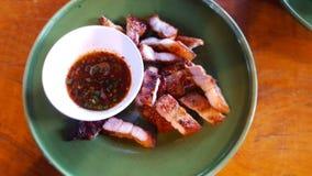 Varkensvleeshals en onderdompelende saus royalty-vrije stock foto's