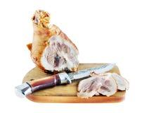 Varkensvleesham aan stukken op een scherpe raad wordt gesneden die Royalty-vrije Stock Foto's