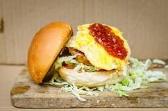 Varkensvleeshamburger met barbecuesaus Royalty-vrije Stock Fotografie