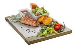 Varkensvleeskebab met plantaardige salade, aardappels en saus stock afbeeldingen