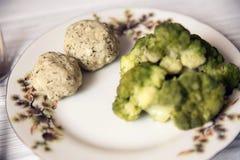 Varkensvleeskoteletten met broccoli op de plaat Stock Afbeelding
