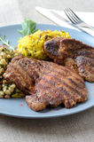 Varkensvleeslapje vlees met rijst op een blauwe plaat Royalty-vrije Stock Fotografie