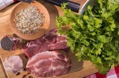 Varkensvleeslapje vlees op een scherpe raad royalty-vrije stock afbeeldingen