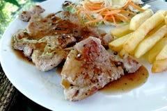 Varkensvleeslapje vlees, plantaardige salade, chips royalty-vrije stock foto