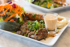 Varkensvleeslapje vlees in witte plaat Stock Foto's