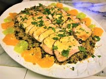 Varkensvleeslendestuk op bed van rijst met fruitplakken stock foto's