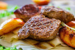 Varkensvleesmedaillons met Mushed-Aardappel Stock Foto
