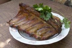 Varkensvleesribben die op een grill worden gebraden Royalty-vrije Stock Fotografie