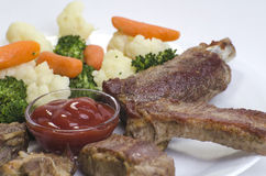 Varkensvleesribben met Gekookte Groenten Stock Afbeelding