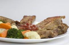 Varkensvleesribben met Gekookte Groenten Royalty-vrije Stock Foto's