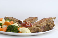Varkensvleesribben met Gekookte Groenten Royalty-vrije Stock Afbeelding