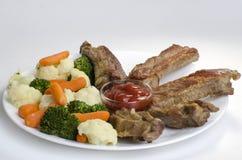 Varkensvleesribben met Gekookte Groenten Stock Fotografie
