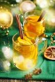 Varm äppelcider i en glass kopp Arkivbild