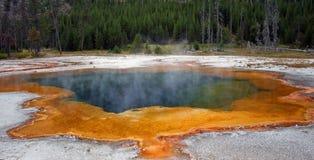 Varm ånga som stiger av Emerald Pool den varma våren i den svarta sandGeyserhandfatet i den Yellowstone nationalparken i Wyoming  arkivbilder